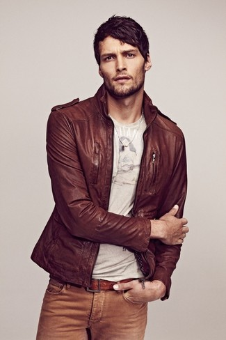 This combination of a brown leather bomber jacket and khaki jeans is perfect for off-duty occasions.