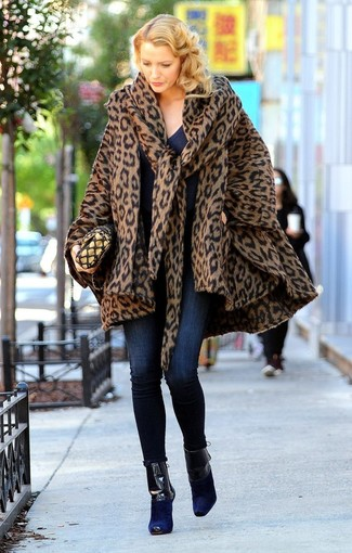 How to wear: brown leopard cape coat, navy v-neck sweater, navy skinny jeans, navy suede ankle boots