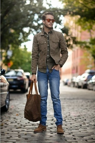 This combination of a brown jacket and blue jeans is perfect for off-duty occasions. Dress up your getup with brown suede derby shoes.