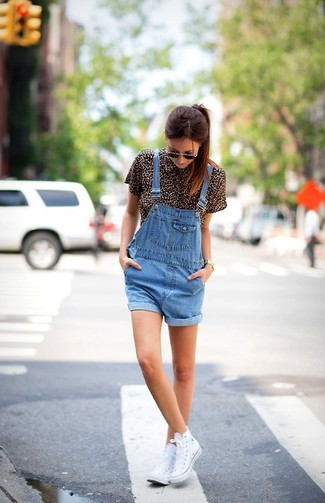 Let everyone know that you know a thing or two about style in a brown leopard button front blouse and blue denim overall shorts. For something more on the daring side to complement this look, opt for a pair of sneakers. With rising temperatures come warmer days and more sunlight and the need for a fresh getup just like this one.