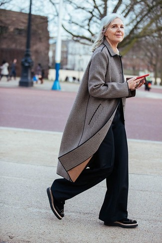 How to Wear a Brown Plaid Coat For Women: This casual pairing of a brown plaid coat and black flare pants is very easy to put together in no time, helping you look cute and prepared for anything without spending too much time rummaging through your wardrobe. Black suede brogues tie the getup together.