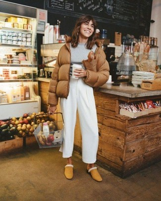 How to Wear White Wide Leg Pants: If you'd like take your casual style up a notch, pair a brown puffer jacket with white wide leg pants. Let your styling expertise truly shine by finishing this outfit with tan suede mules.