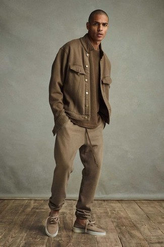 Brown Shirt Jacket Outfits For Men: This casual combination of a brown shirt jacket and tan sweatpants is perfect when you need to look casual and cool in a flash. When not sure about what to wear when it comes to footwear, go with tan canvas low top sneakers.