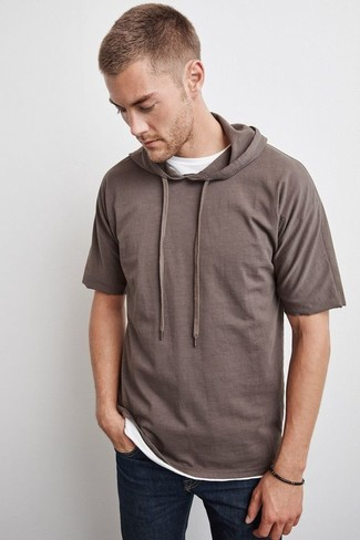 Reach for a brown short sleeve hoodie and navy jeans for a weekend-friendly look. It goes without saying that this one makes for a great, spring-friendly combination.