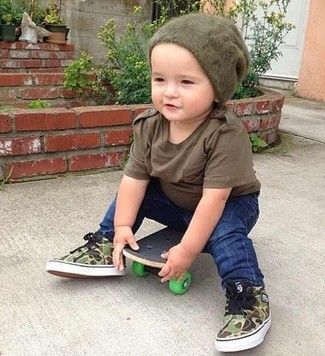 How to wear: brown t-shirt, navy jeans, olive sneakers, olive beanie