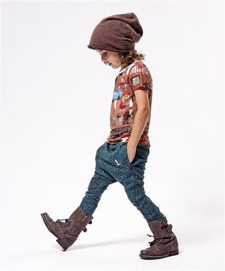 How to wear: brown t-shirt, navy sweatpants, dark brown boots, brown beanie