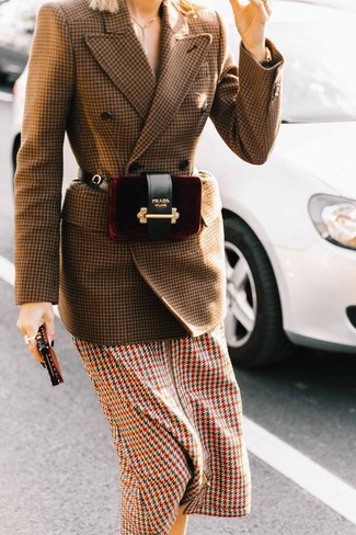 How to Wear a Burgundy Velvet Fanny Pack: For an absolutely chic ensemble without the need to sacrifice on functionality, we turn to this casual combination of a brown houndstooth wool double breasted blazer and a burgundy velvet fanny pack.