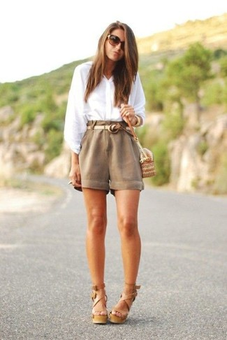 For functionality without the need tosacrifice on fashion, we lovethis combination of a white button down blouse and Rag & Bone Ashbury Cotton And Linen Blend Shorts. Tan leather heeled sandals are an easy choice here. You're guaranteed to always look good even despite the oppressive heat if you keep this getup as a last-minute grab.