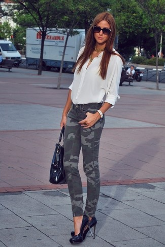 How to wear: white button down blouse, charcoal camouflage skinny jeans, black leather pumps, black leather tote bag