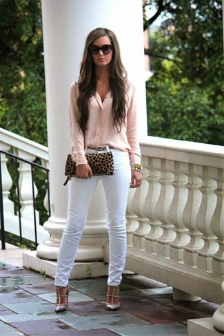A blouse and white slim jeans are perfect for both running errands and a night out. For the maximum chicness rock a pair of beige studded leather pumps.