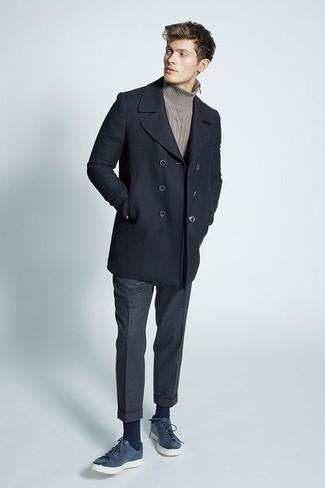 Tenue: Caban noir, Pull à col roulé en tricot marron, Pantalon de costume en laine gris foncé, Baskets basses en cuir bleu marine