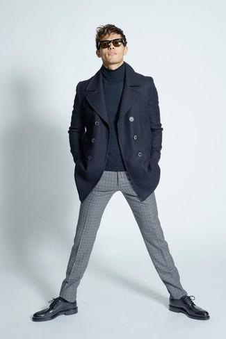 Tenue: Caban bleu marine, Pull à col roulé gris foncé, Pantalon de costume en laine à carreaux gris, Chaussures brogues en cuir noires