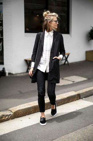 Tenue: Cache-poussière noir, Chemise de ville blanche, Leggings noirs, Baskets à enfiler en daim noires