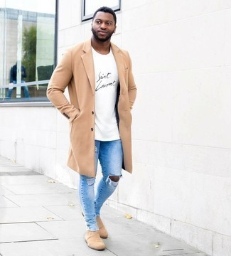Tan Suede Chelsea Boots Casual Cold Weather Outfits For Men: Wear a camel overcoat with light blue ripped skinny jeans for a standout outfit. Tan suede chelsea boots bring a sophisticated aesthetic to the ensemble.