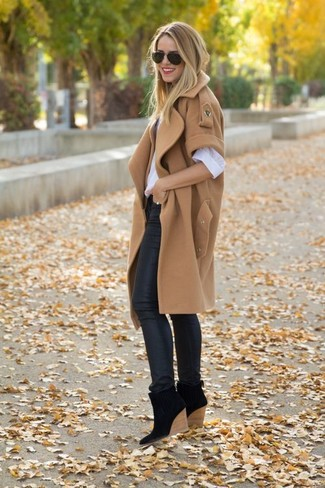 Let everyone know that you know a thing or two about style in a tan sleeveless coat and black leather skinny jeans. A pair of black suede wedge ankle boots will seamlessly integrate within a variety of outfits.