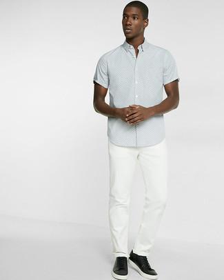 Cómo combinar: camisa de manga corta a lunares gris, vaqueros blancos, tenis de cuero negros