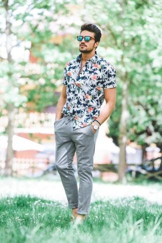 Cómo combinar: camisa de manga corta con print de flores azul marino, pantalón chino gris, gafas de sol verdes, reloj de cuero en beige