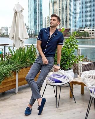 Cómo combinar: camisa de manga corta azul marino, pantalón de vestir gris, mocasín de ante azul marino