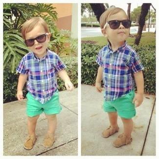 Cómo combinar: camisa de manga corta azul, pantalones cortos verdes, mocasín marrón claro