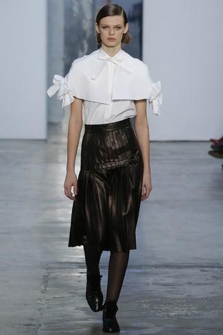 Una Falda Midi De Vestir Con Unas Botas Planas Con Cordones