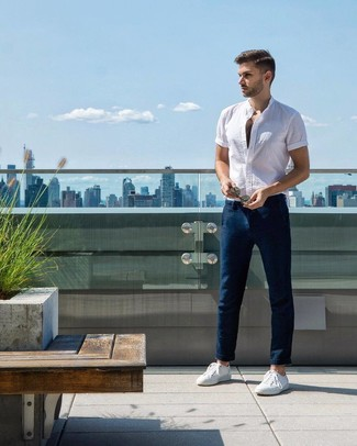 Cómo combinar: camisa de manga corta blanca, pantalón chino azul marino, tenis blancos
