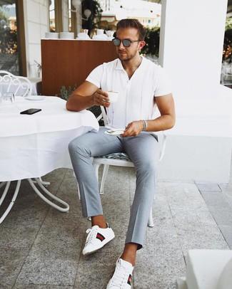Cómo combinar: camisa de manga corta blanca, pantalón chino celeste, tenis de cuero estampados blancos, gafas de sol grises