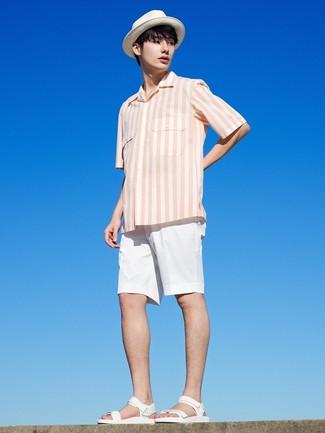 Cómo combinar: camisa de manga corta de rayas verticales blanca, pantalones cortos blancos, sandalias de cuero blancas, sombrero de paja blanco