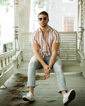 Look de moda: Camisa de manga corta de rayas verticales blanca, Vaqueros celestes, Tenis de lona blancos, Gafas de sol negras