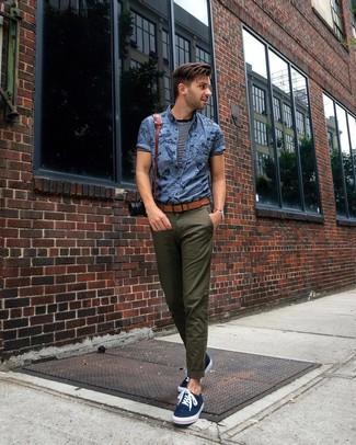 Cómo combinar: camisa de manga corta estampada azul, camiseta con cuello circular de rayas horizontales en azul marino y blanco, pantalón chino verde oliva, tenis de lona azul marino