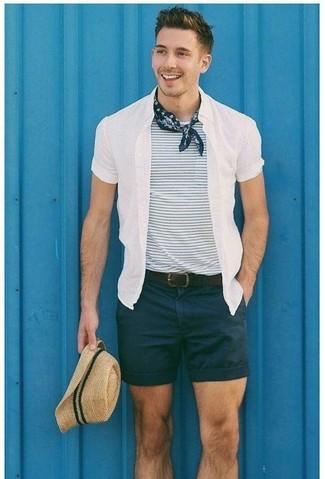 Cómo combinar: camisa de manga corta blanca, camiseta con cuello circular de rayas horizontales en blanco y azul marino, pantalones cortos negros, sombrero de paja en beige