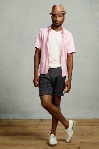 Cómo combinar: camisa de manga corta rosada, camiseta con cuello circular blanca, pantalones cortos negros, zapatos derby de cuero blancos