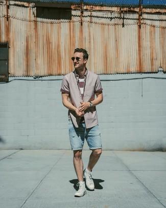 Cómo combinar: camisa de manga corta morado, camiseta con cuello circular de rayas horizontales en blanco y rojo, pantalones cortos vaqueros desgastados celestes, zapatillas altas blancas