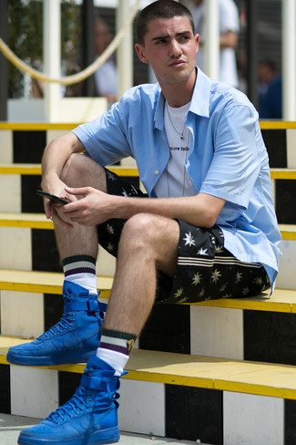 Cómo combinar: camisa de manga corta celeste, camiseta con cuello circular estampada en blanco y negro, pantalones cortos estampados negros, zapatillas altas de ante azules