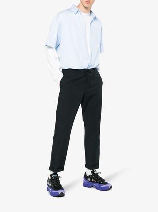 Cómo combinar: camisa de manga corta celeste, camiseta de manga larga blanca, pantalón chino negro, deportivas en violeta