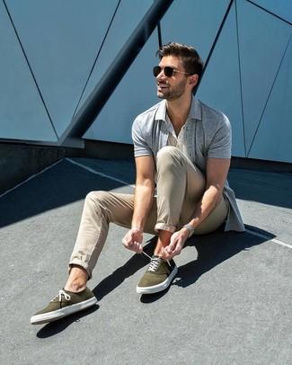 Cómo combinar: camisa de manga corta gris, camiseta henley blanca, pantalón chino en beige, tenis de lona verde oliva