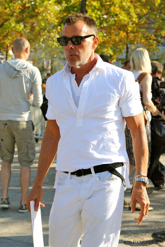Cómo combinar: camisa de manga corta blanca, camiseta henley blanca, vaqueros blancos, correa de lona tejida negra
