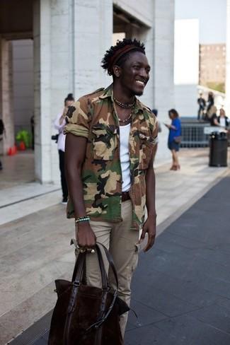 Cómo combinar: camisa de manga corta de cambray de camuflaje marrón, camiseta sin mangas blanca, pantalón cargo marrón claro, bolsa tote de cuero en marrón oscuro