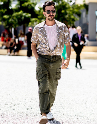 Cómo combinar: camisa de manga corta estampada en beige, camiseta sin mangas de malla blanca, pantalón cargo verde oscuro, mocasín de cuero blanco