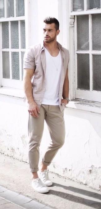 Cómo combinar: camisa de manga corta en beige, camiseta sin mangas blanca, pantalón chino en beige, tenis de cuero blancos