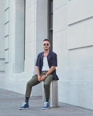 Cómo combinar: camisa de manga corta azul marino, camiseta sin mangas blanca, pantalón chino verde oscuro, gafas de sol verde oscuro