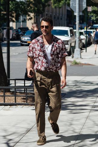 Cómo combinar: camisa de manga corta con print de flores burdeos, camiseta sin mangas blanca, pantalón chino verde oliva, tenis de ante verde oliva