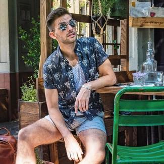 Cómo combinar: camisa de manga corta con print de flores en azul marino y blanco, camiseta sin mangas de rayas horizontales en blanco y azul, pantalones cortos celestes, gafas de sol negras