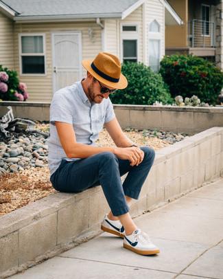 Cómo combinar: camisa de manga corta de lino celeste, pantalón chino azul marino, tenis en blanco y azul marino, sombrero de paja marrón claro