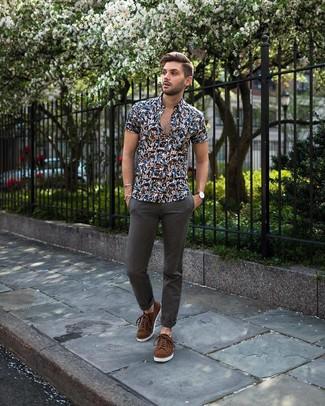 Cómo combinar: camisa de manga corta con print de flores azul marino, pantalón chino en gris oscuro, tenis de ante marrónes
