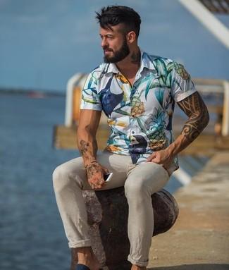 Cómo combinar: camisa de manga corta con print de flores blanca, pantalón chino en beige