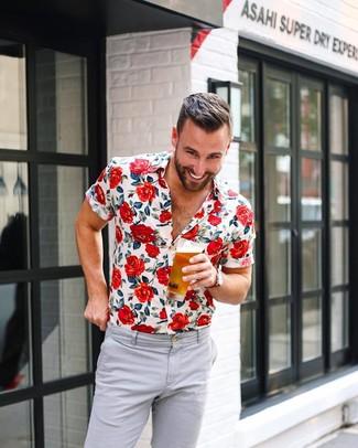 Cómo combinar: camisa de manga corta con print de flores blanca, pantalón chino gris, reloj de lona rojo