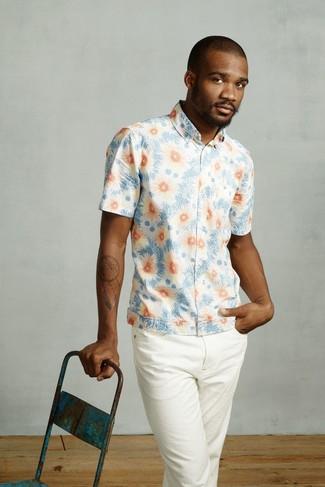 Cómo combinar: camisa de manga corta con print de flores celeste, pantalón chino blanco