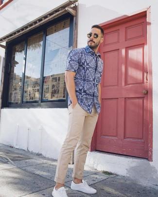 Cómo combinar: camisa de manga corta de paisley azul, pantalón chino en beige, tenis blancos