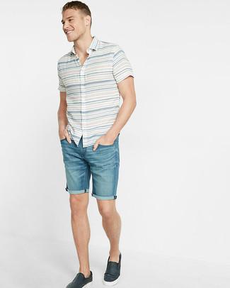 Cómo combinar: camisa de manga corta de rayas horizontales blanca, pantalones cortos vaqueros azules, zapatillas slip-on de cuero azul marino