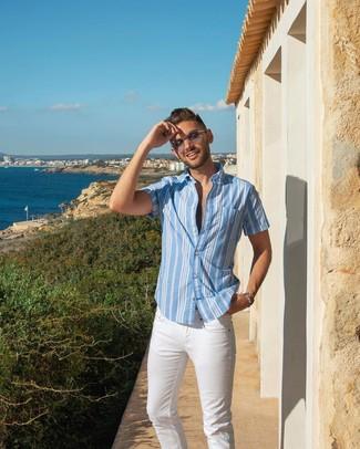 Cómo combinar: camisa de manga corta de rayas verticales celeste, vaqueros blancos, gafas de sol grises